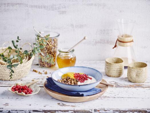 Breakfast-bowl-met-yoghurt-granola-sinaasappel-en-granaatappel-door-Sofie-Dumont