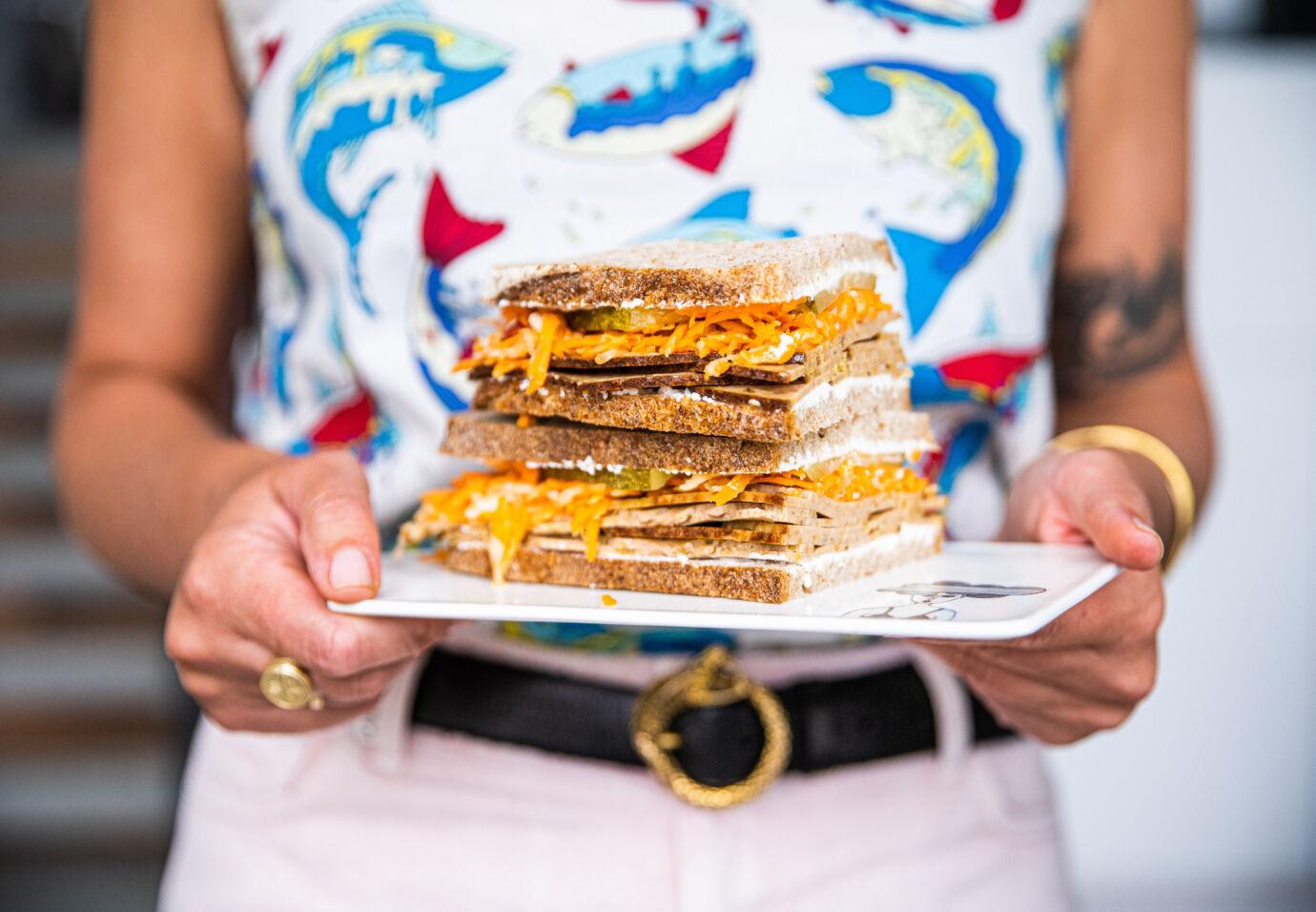 Sandwich-fricandon-met-wortelsla-en-geitenkaas