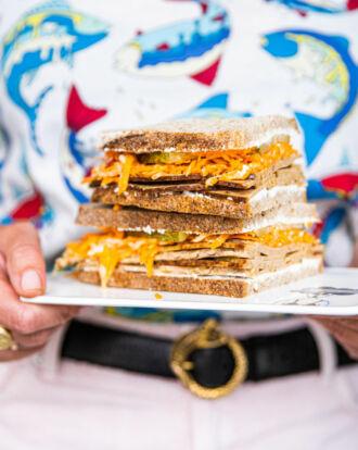 sandwich-fricandon-met-wortelsla-en-geitenkaas-scaled_1020x1280_bijgeknipt