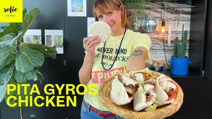 Pita met kip gyros, hummus en yoghurt-look-tahinsaus